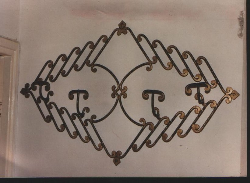 una struttura di ferro appesa al muro