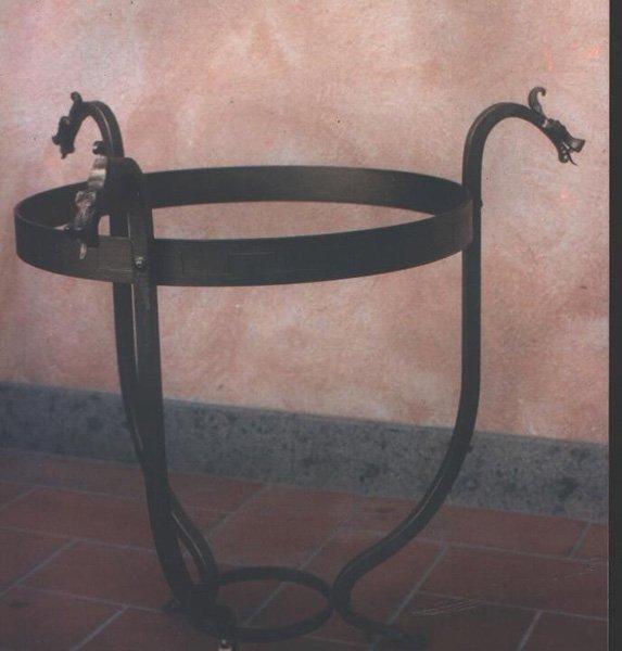 la struttura in ferro di un tavolino