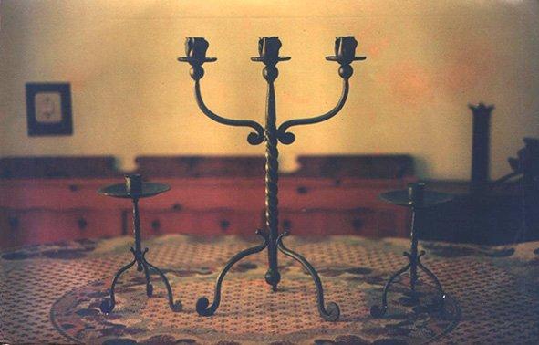 un candelabro in ferro battuto e due porta lumini