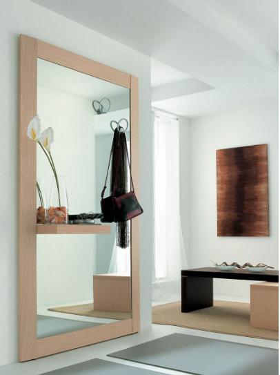 Sala d'ingresso minimal con specchio