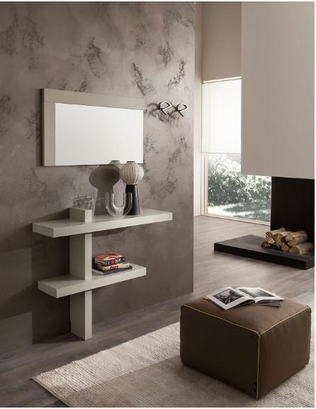 Piano a parete con specchio in un soggiorno