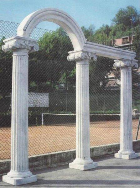 Colonne ed arco ornamentali in un campo da tennis