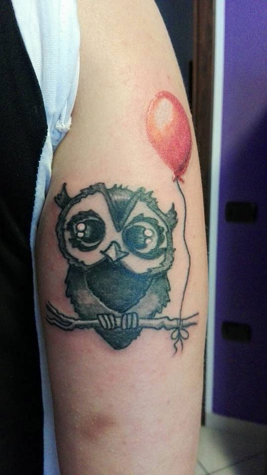 il tatuaggio di un gufo con un palloncino rosso