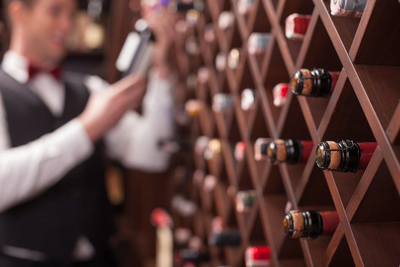 Bottiglie del vino al bar a Velletri