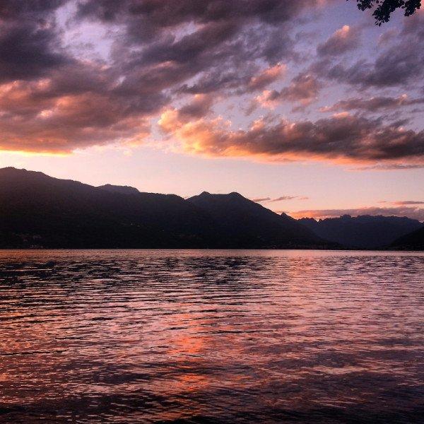 vista del lago e delle montagne al tramonto