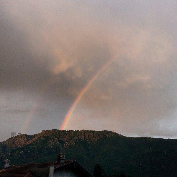 vista delle montagne e di un cielo con l'arcobaleno