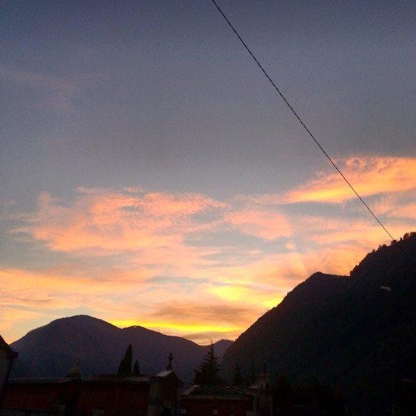 vista di un tramonto e delle montagne
