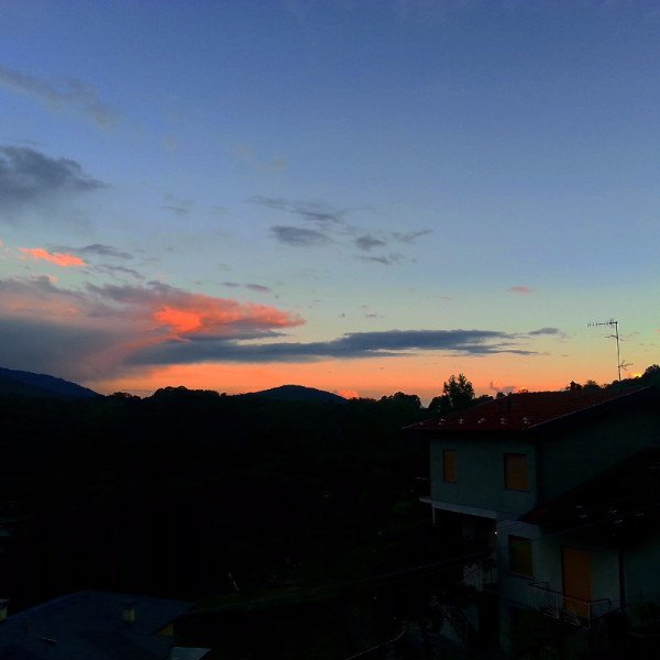 vista di case e montagne al tramonto