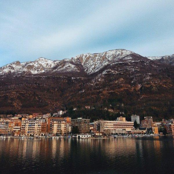 vista di una cittadina e sullo sfondo delle montagne con le cime innevate