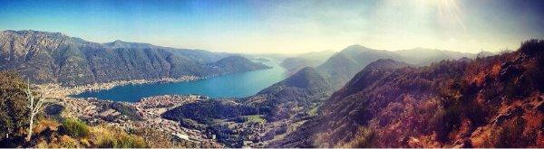 un paesaggio con montagne e il lago visto dall'alto