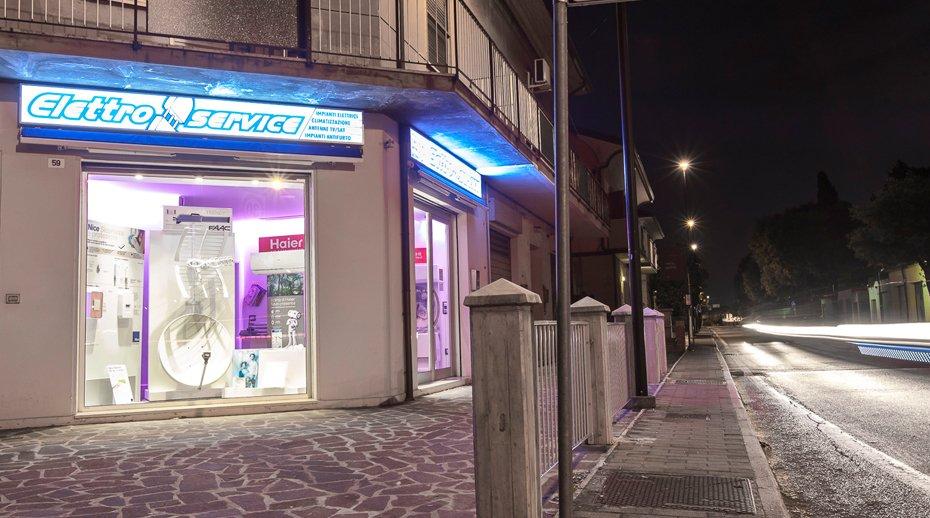 vetrina del negozio con immagine della strada di fronte