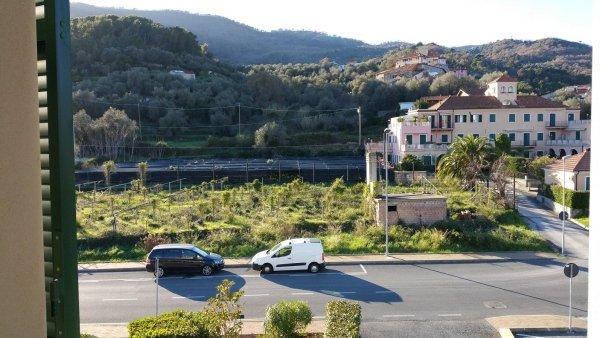 vista soggiorno con angolo cottura residenza le magnolie andora vendita