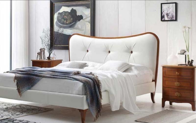 letto in legno con testata