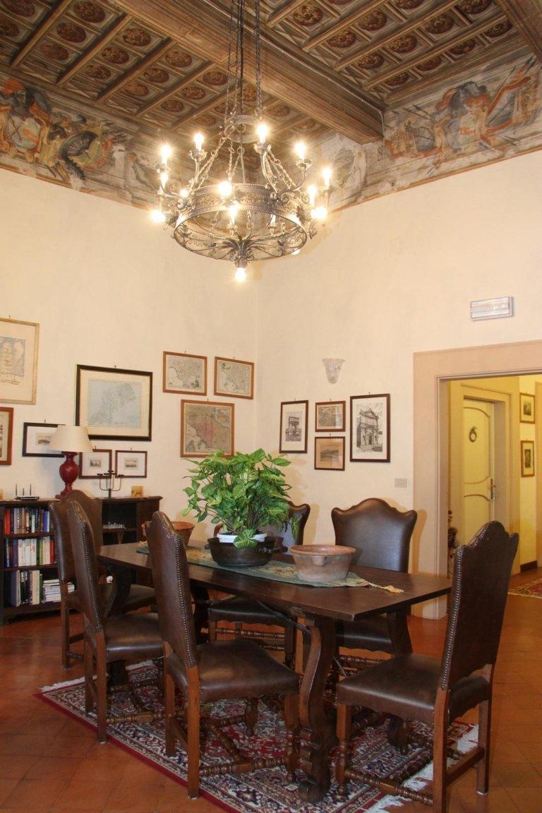 Travi di legno sul tetto, affreschi e lampadario di vetro