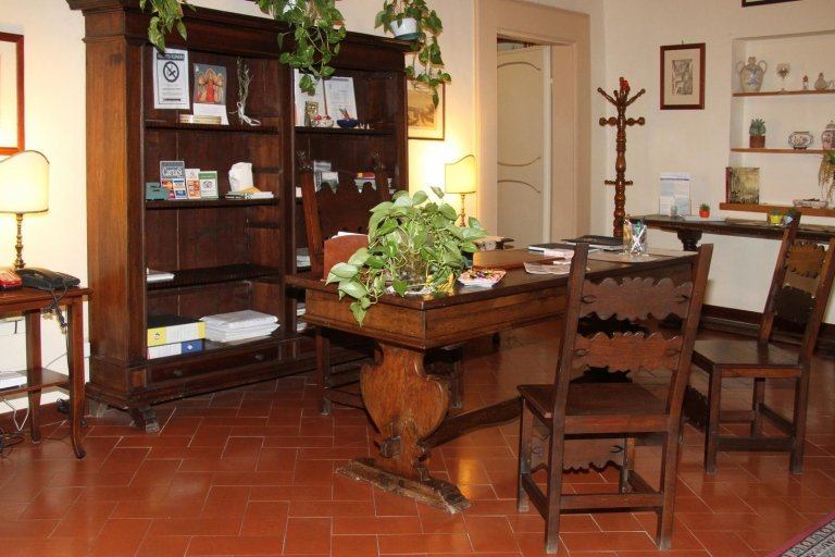 Quarto di lavoro o di studio, sedie di legno cesellate