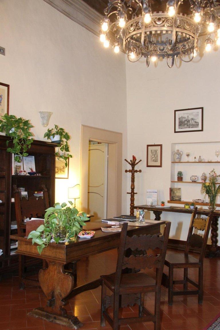 Vista del quarto di studio e la vecchia lampadina che lo illumina