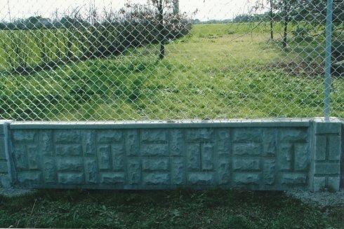 rete metallica con muretto in cemento