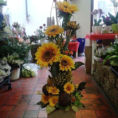Un vaso con composizione dei fiori girasole