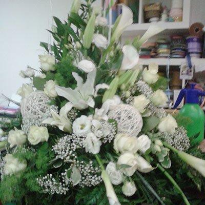 Un bouquet di fiori bianchi e alcune foglie verdi