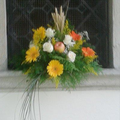 Un bouquet appoggiato su una finestra