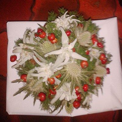 Un bouquet di cactus, dei fiori bianchi e frutti di bosco