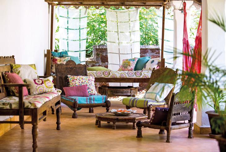 un salone con divani e poltrone con cuscini colorati d'arredo
