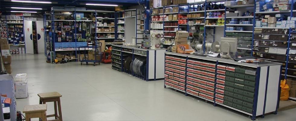 Vendita elettroutensili vernici e banchi da lavoro for Arredamento ferramenta