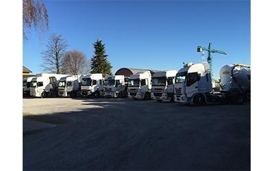 camion ribaltabili nel parcheggio