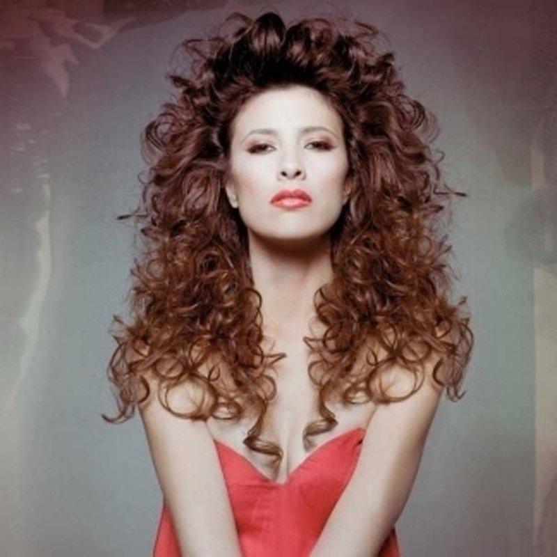 giovane donna con lunghi capelli ricci