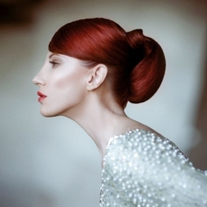 primo piano di una modella con i capelli rossi