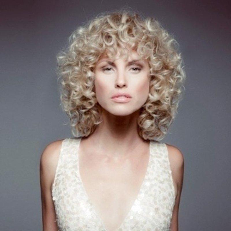 una donna con capelli ricci lunghi