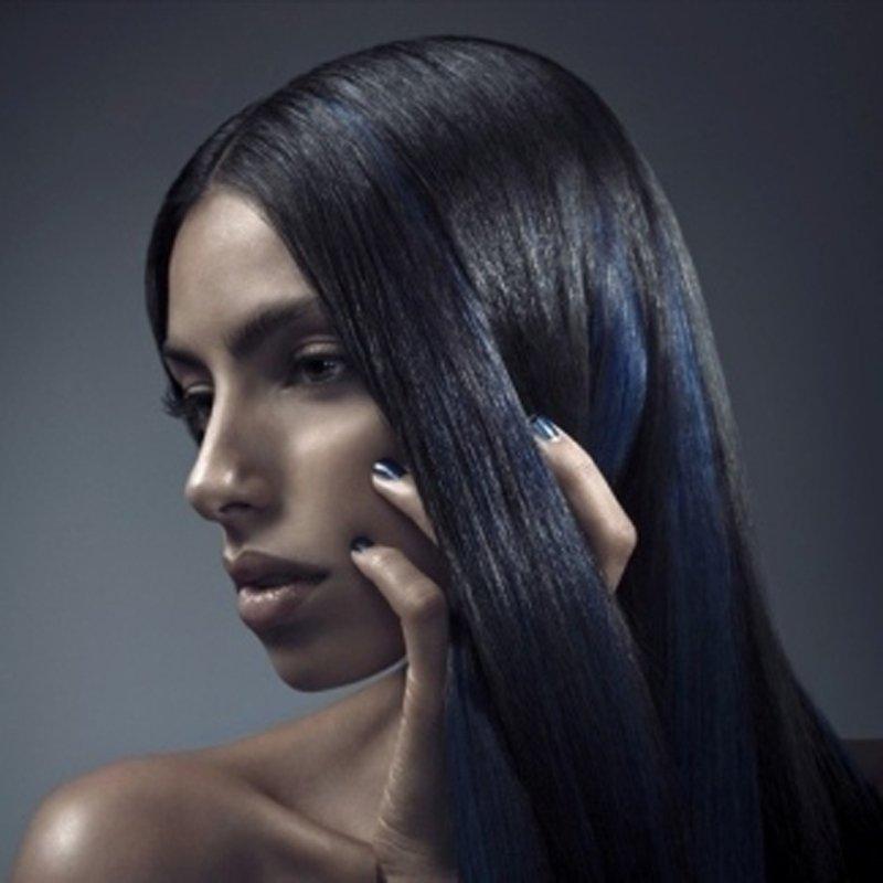 modella con capelli lisci neri