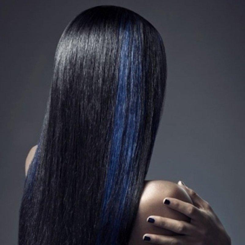 primo piano di una modella con capelli lisci neri