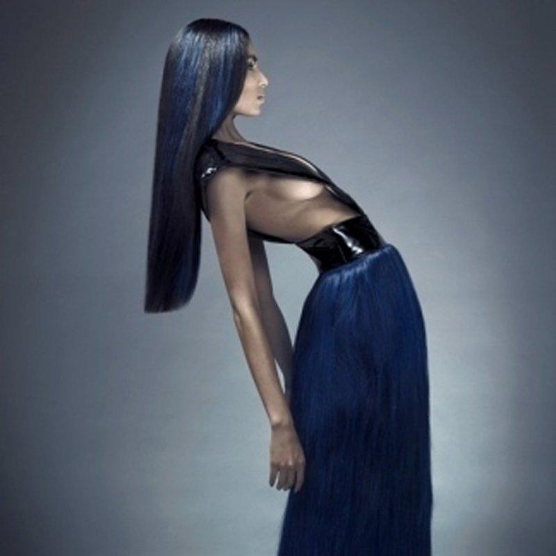 Modella con capelli lunghi in una posa
