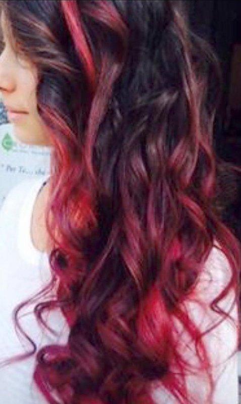 una modella con i capelli rossi