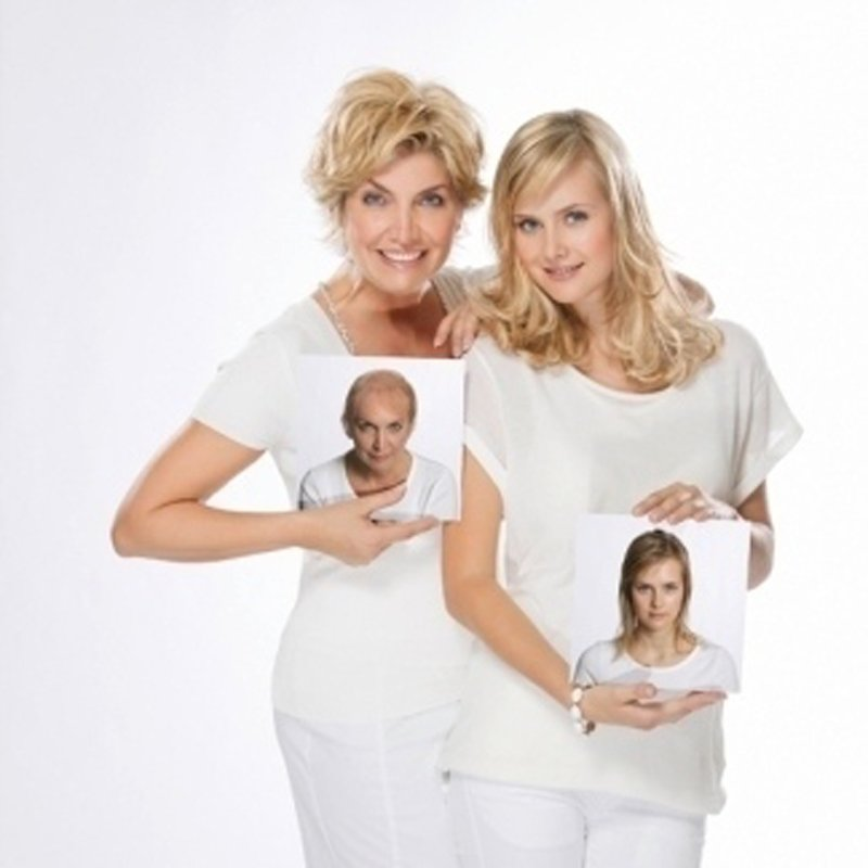 due donne bionde con una foto in mano