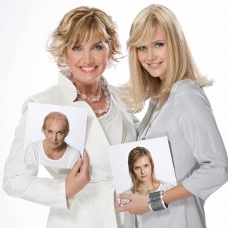 due donne con capelli biondi e una foto in mano