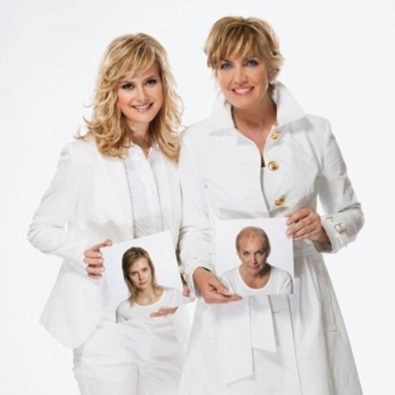 due donne bionde con una foto in mano in posa