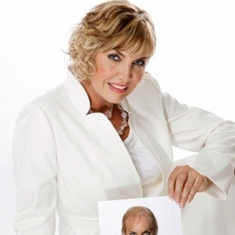donna bionda sorridente con una foto in mano