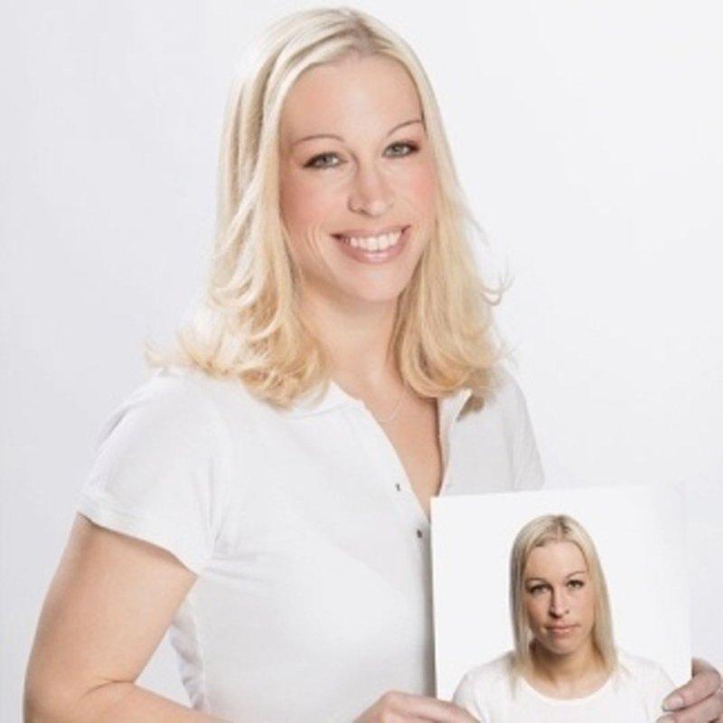 una donna con capelli bionde con una foto in mano