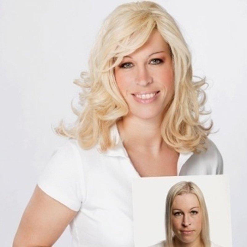 donna con capelli bionde con una foto in mano