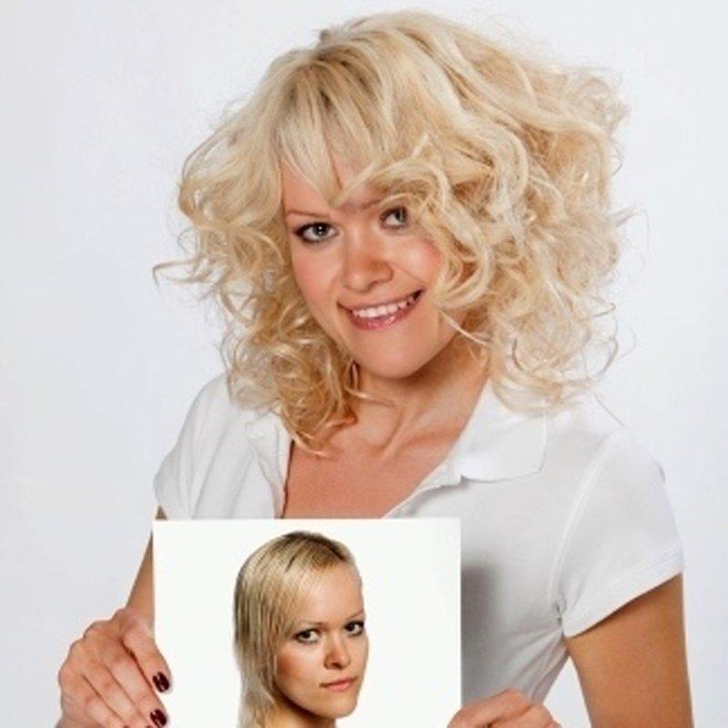 una donna con capelli corti bionde con una foto in mano