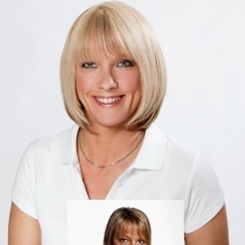 donna sorridente con capelli corti bionde con una foto in mano