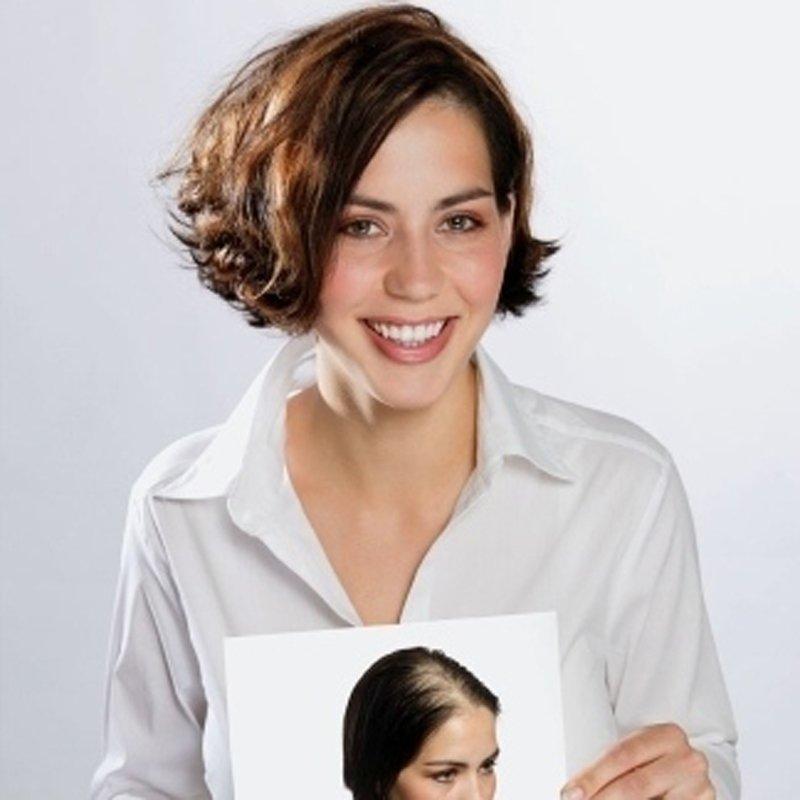 una donna capelli corti rosso con una foto in mano