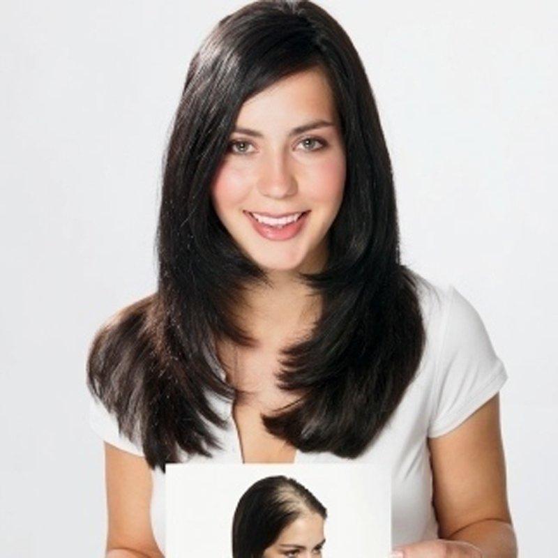 una donna con capelli lisci neri con una foto in mano