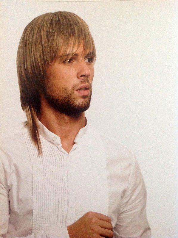 uomo con capelli corti