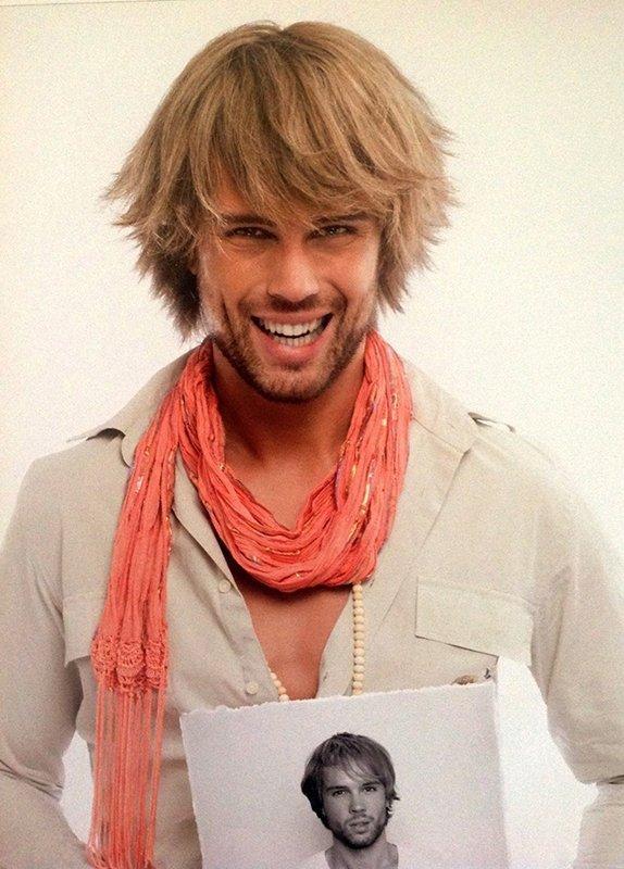 uomo con capelli corti con una foto in mano