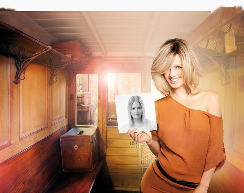 modella con capelli bionda con una foto in mano in un salone