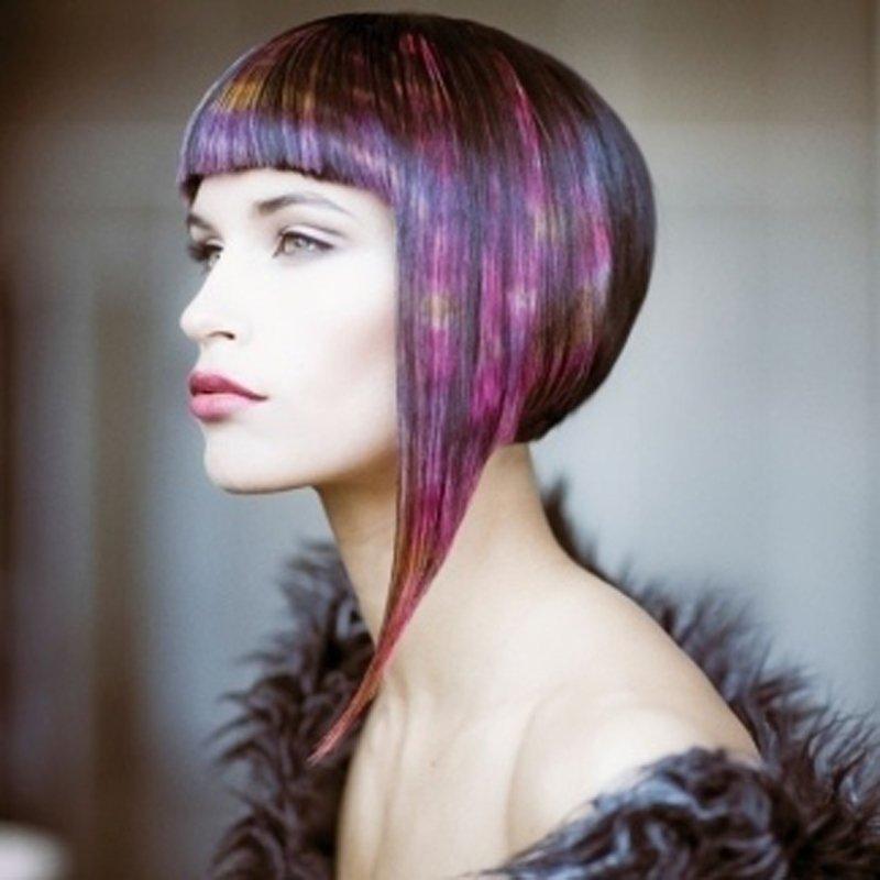 modella con capelli corti viola con frangia