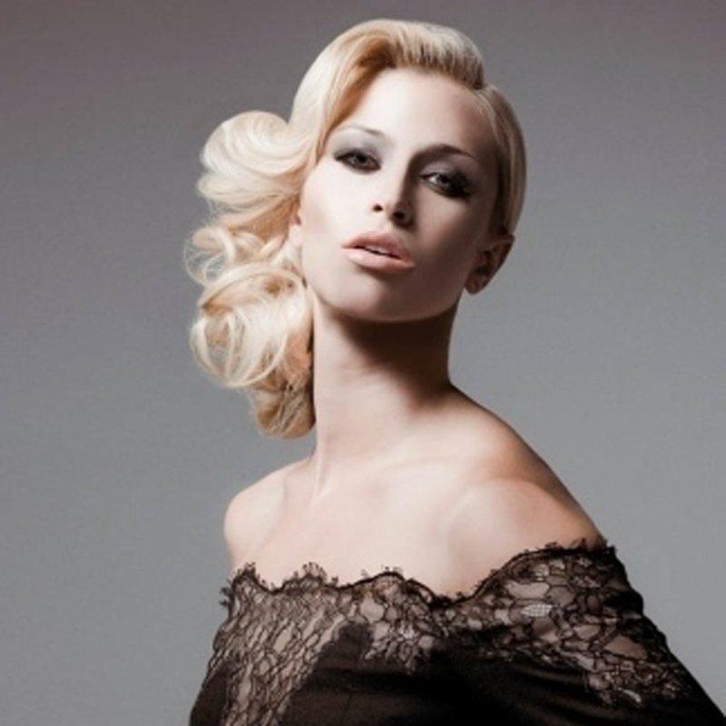 donna con capelli biondi in stile